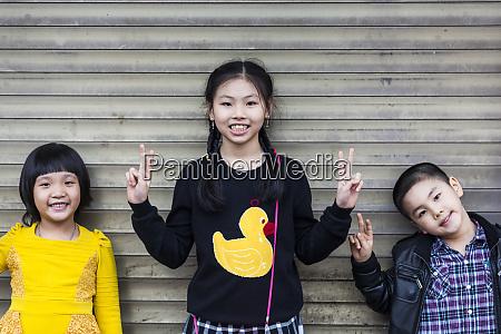vietnam haiphong kinder zeigen v fuer