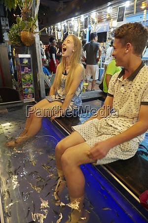 fische kitzeln junge touristen wie sie