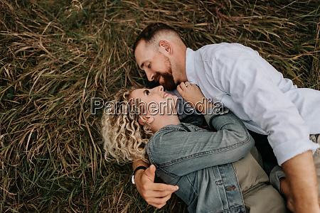 junges paar umarmt sich auf braunem