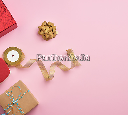 quadratische geschenk boxen mit baendern und