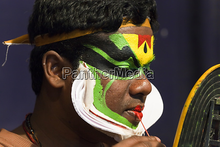 kathakali taenzer auftragen make up kerala