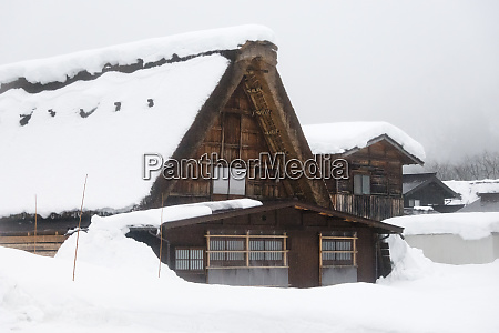 gassho-zukuri, haus, mit, schnee, bedeckt, in - 27712342