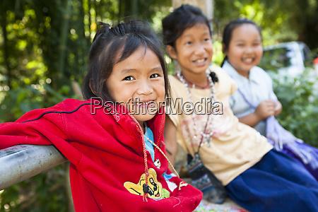 chang mai thailand lokale dorfkinder laecheln