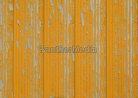 verwitterte orange farbe auf metallwand