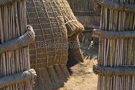 traditionelle kuppelhaeuser aus stroh und schilf