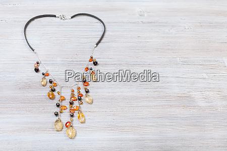 halskette verziert durch ketten mit edelsteinen