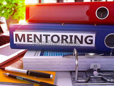 mentoring auf blauen ring binder verschwommenes