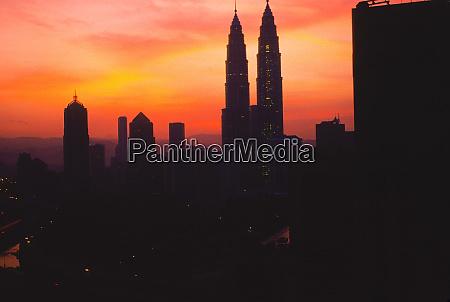 petronas twin towers bei sonnenaufgang in