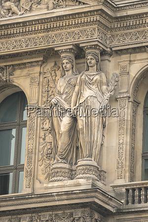 aussenskulptur louvre paris frankreich