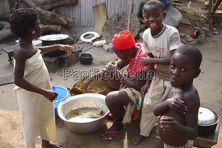 benin cotonou afrikanische frau traegt einen