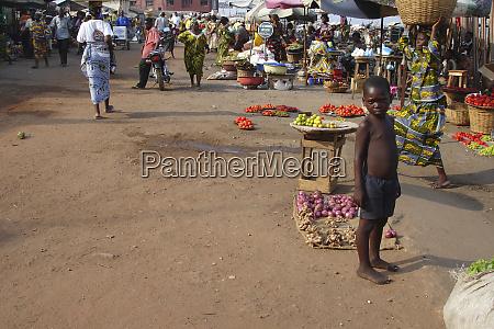 benin cotonou armer afrikanischer junge auf