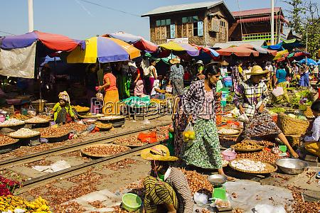 myanmar mandalay markt auf einer aktiven