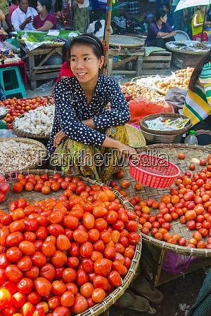 myanmar mandalay frau die tomaten auf