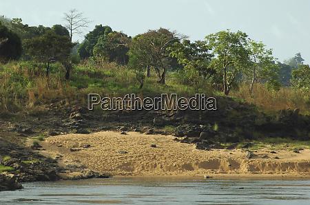 blick auf die kongoseite mit strand
