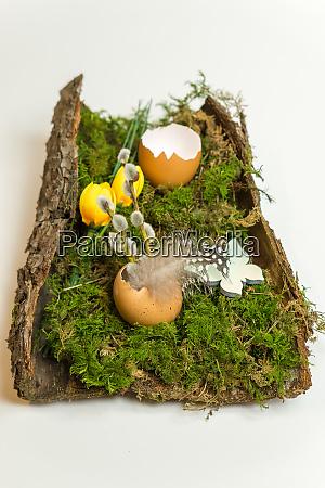 osterdekoration mit eierschale