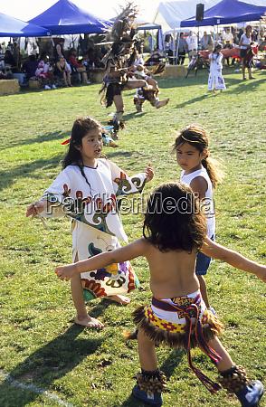 aztekenkinder in traditionellen regalia lernen ihre