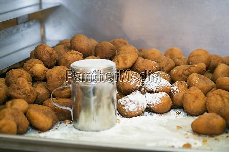 puderzucker auf donut loechern chicago illinois