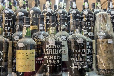 portugal lissabon teure portweinflaschen im schaufenster