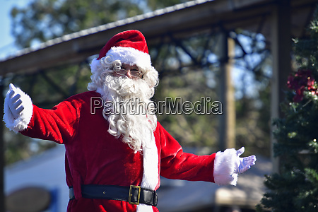 weihnachtsmann begruesst mit offenen armen