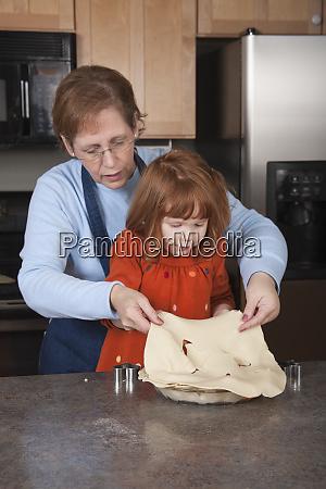 grossmutter und vierjaehrige enkelin die tortenteig