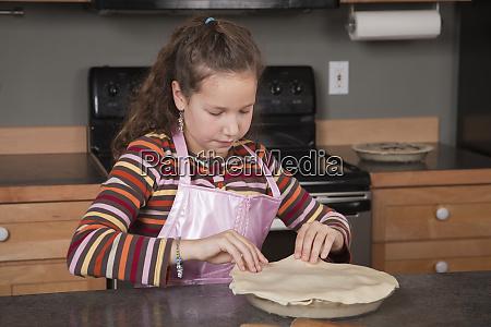 maedchen platzierung top kuchenkruste auf einem