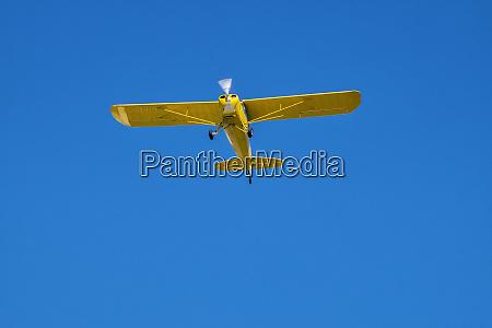 usa einmotoriges flugzeug fliegt
