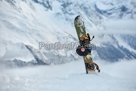 snowboard auf einem berggipfel