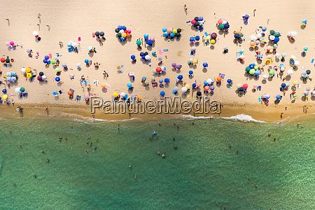luftaufnahme von menschen am oeffentlichen strand