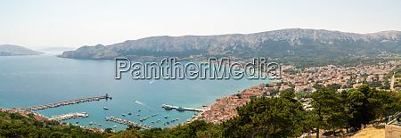 panoramablick auf das kuestenstadtbild von baka