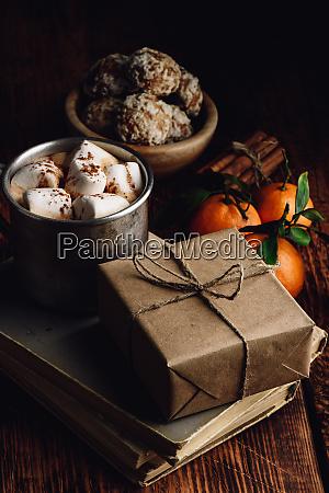 geschenk box mit handwerkspapier umwickelt