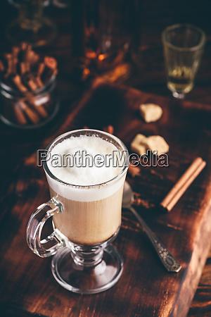 irischer kaffee im trinkglas