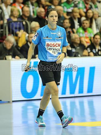 dhb handballschiedsrichterin meike merz im spiel
