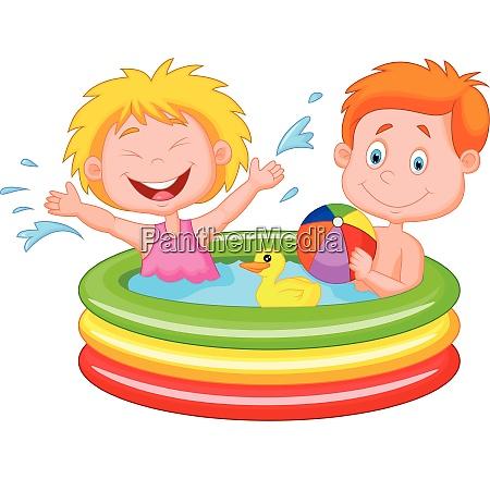 kinder spielen in einem aufblasbaren pool