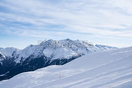 winterlandschaft eines skigebiets in den alpen