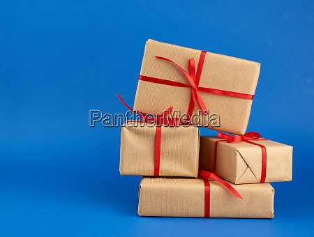 stapel von kisten in braunes papier