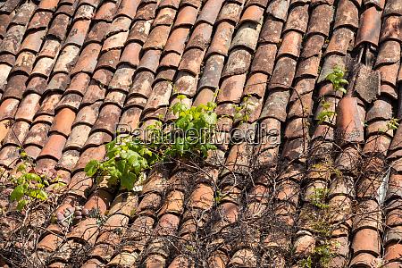 nahaufnahme alter keramkeramik dachziegel