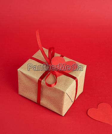 gewickelte quadratische box mit einem geschenk