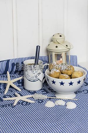 teezeit stillleben mit creme puffs