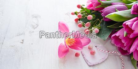 tulpen mit herz fuer den muttertag