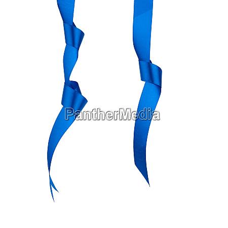 dunkelblaue seidenband haengend mit einem verknoteten