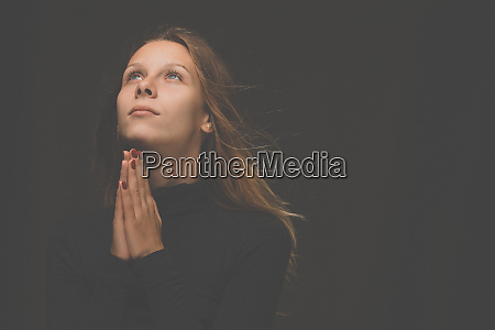 junge frau betet zu gott christliches