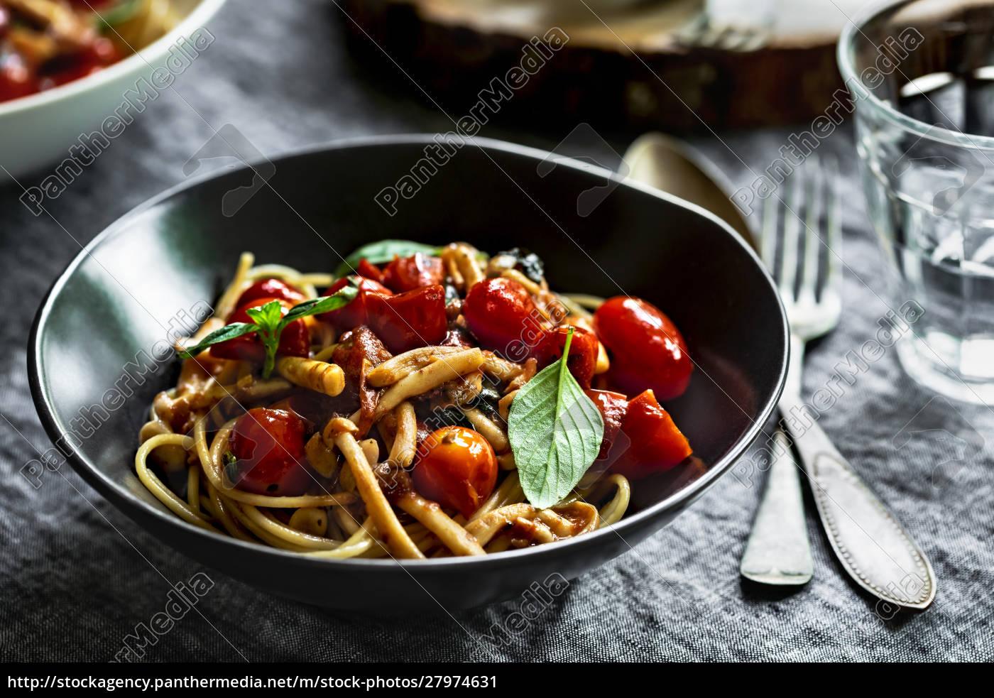 spaghetti, mit, pilz, und, kirschtomatensauce - 27974631