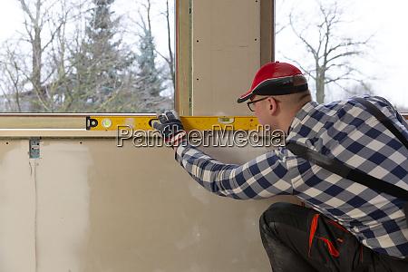 home improvement handwerker installation fensterbank in