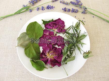 duftendes potpourri mit rosenblaettern suessen holzruepeln