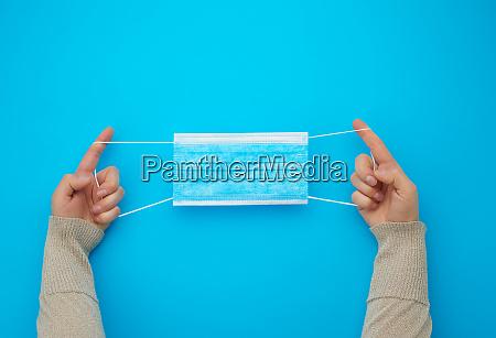weibliche haende langgezogen blau sterile textil