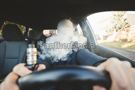 eine elektronische zigarette waehrend der fahrt