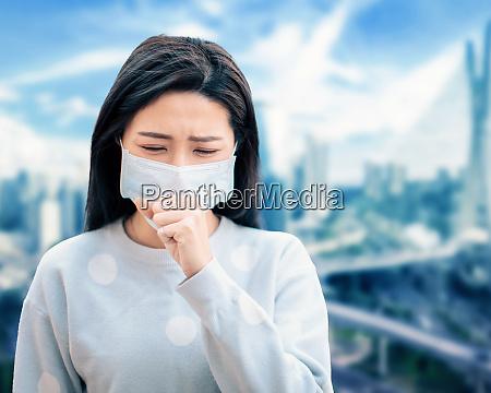 asiatische frau leiden unter husten mit