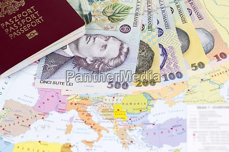 reisepass mit rumaenischem geld auf der