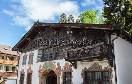 historische fassade in garmisch partenkirchen bayern