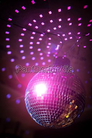 glaenzende discokugel in einem nachtclub